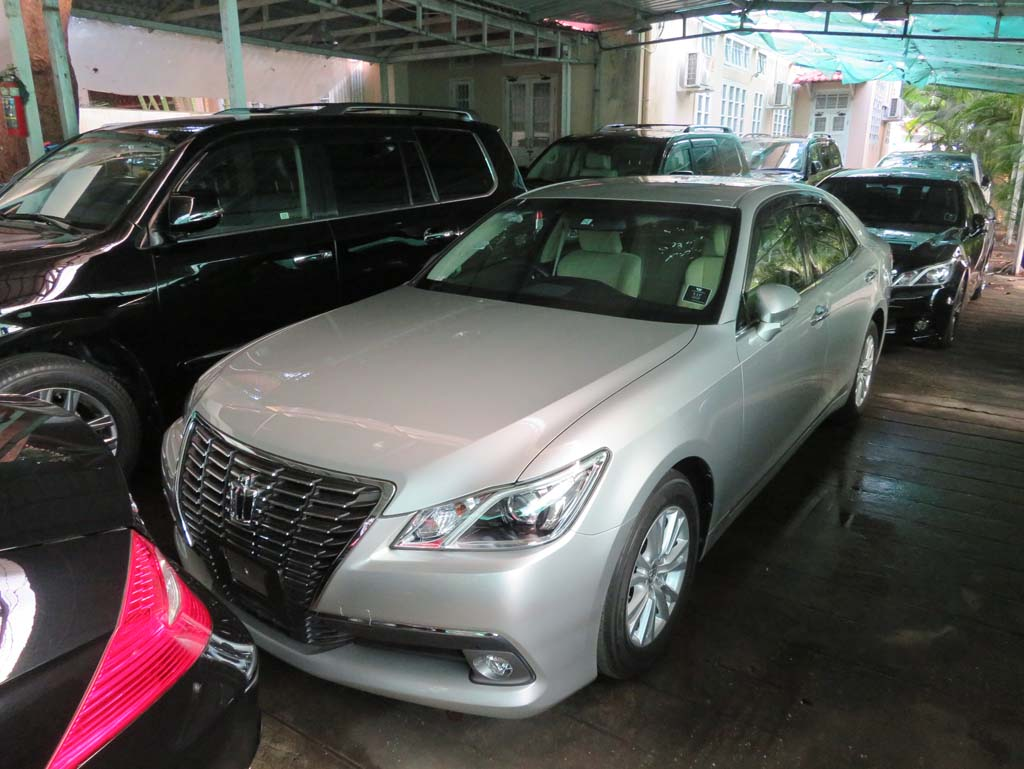 Buy Used Car Toyota Crown Royal Series 2013. Motor Car For